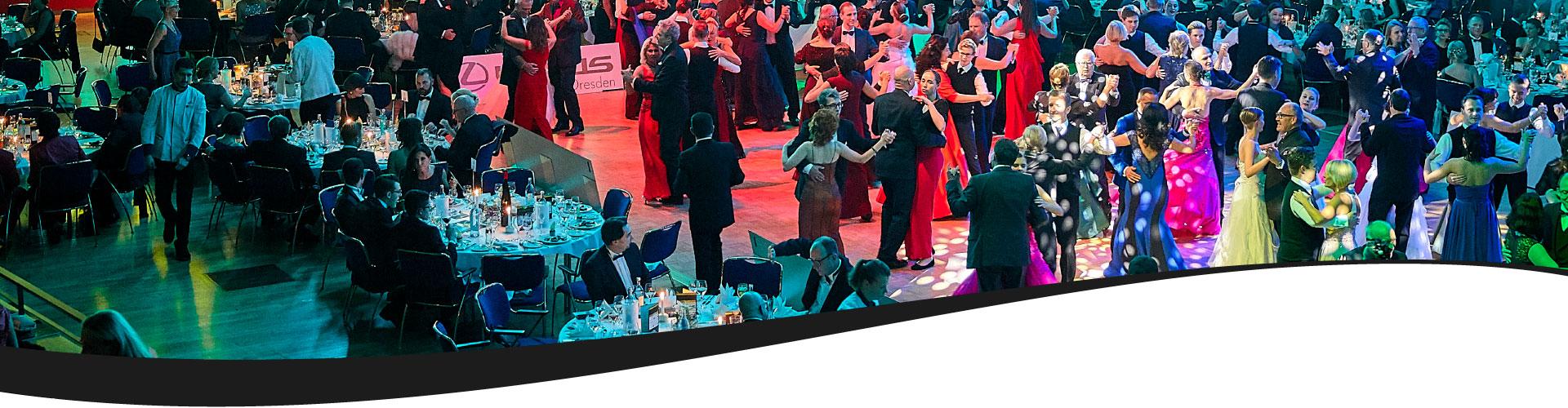 Gäste tanzen beim 10. Dresdner Golfball